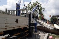 Xe tải cẩu sửa điện làm rơi thanh ngang, một người nguy kịch