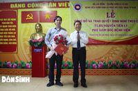 Thứ trưởng Lê Tấn Dũng trao Quyết định nghỉ hưu cho Phó Giám đốc Bệnh viện Chỉnh hình và Phục hồi chức năng TP.HCM