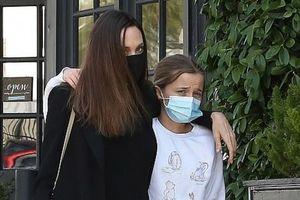 Angelina Jolie liên tục né tránh ống kính máy ảnh khi đi mua hoa cùng con gái