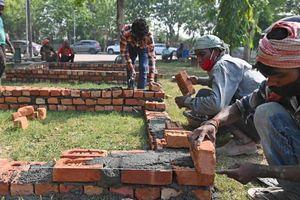 Công nhân cấp tốc xây giàn hỏa táng ở Ấn Độ