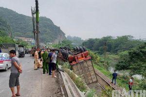 Xe container mất lái lao xuống sát đường ray tàu hỏa