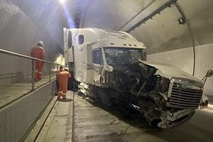 Xe container gặp tai nạn trong hầm Hải Vân 2