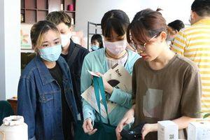 Người trẻ Sài Gòn háo hức mang 'rác' đổi vớ làm từ nhựa
