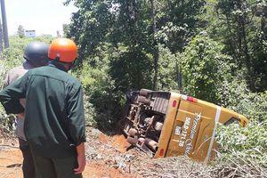 Xe khách lao xuống vực, 22 người thoát chết