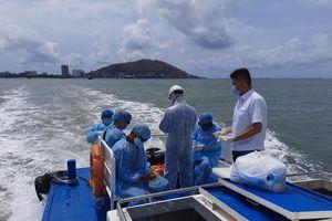 Khẩn cấp đưa 12 thuyền viên mắc Covid-19 vào đất liền