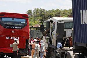 Xe container va chạm xe khách khiến Quốc lộ 20 ùn tắc kéo dài