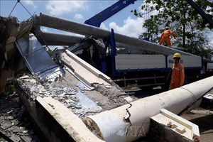 Xe sửa chữa lưới điện kéo đổ thanh ngang cổng chào, lái xe bị thương nặng