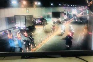 Bốn phương tiện 'dồn toa' trong hầm vượt sông Sài Gòn, ùn ứ 1 giờ
