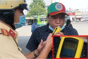 Uống 4 lon bia, tài xế ở TP.HCM ngỡ ngàng khi bị tước giấy phép lái xe 11 tháng