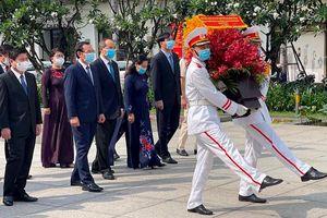 Dâng hương tưởng nhớ Chủ tịch Hồ Chí Minh, Chủ tịch Tôn Đức Thắng và các Anh hùng liệt sĩ