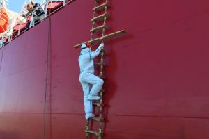 Cấp bách điều trị cho 12 thuyền viên dương tính với SARS-CoV-2 vì nhân đạo