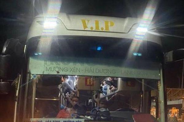 CSGT chặn bắt xe khách 38 chỗ 'nhồi' 97 người