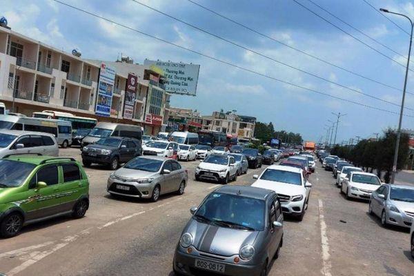 Hàng nghìn xe 'chôn chân' ở cửa ngõ Đồng Nai, buộc xả trạm BOT sáng 30/4