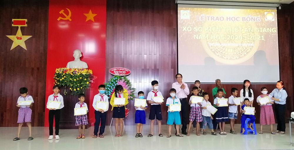 Trao học bổng Xổ số kiến thiết An Giang cho học sinh huyện Tịnh Biên Ảnh 4