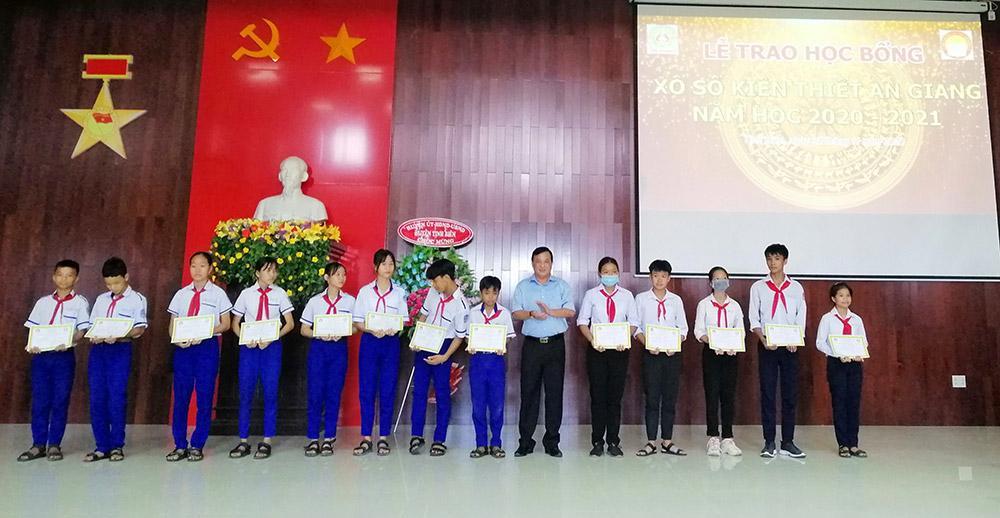 Trao học bổng Xổ số kiến thiết An Giang cho học sinh huyện Tịnh Biên Ảnh 3