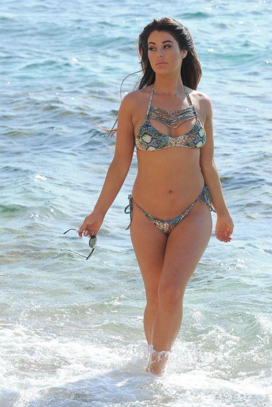 Jessica Hayes khoe tối đa hình thể nảy nở với bikini bé xíu ở biển Ảnh 5