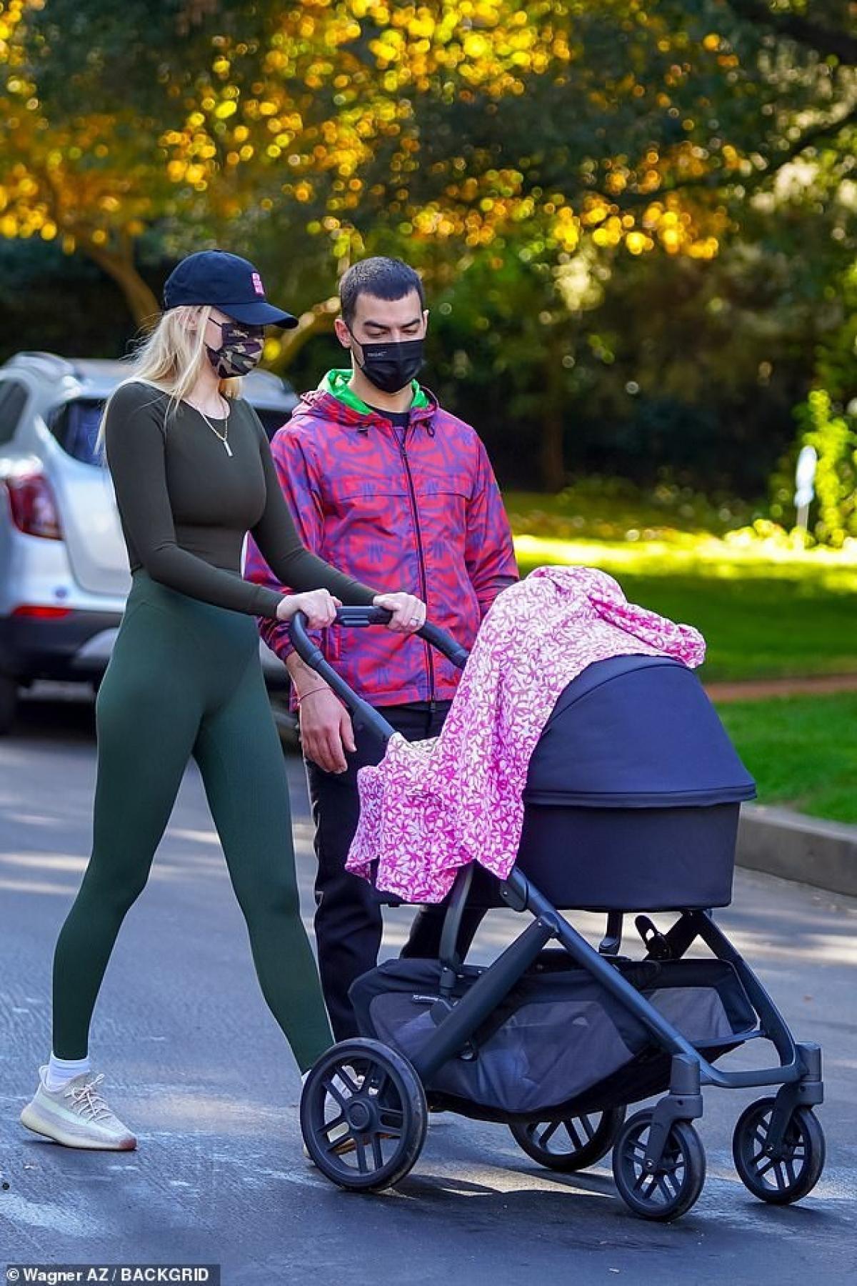 Sophie Turner diện đồ bó sát khoe dáng thanh mảnh ra phố sau 4 tháng sinh con Ảnh 1