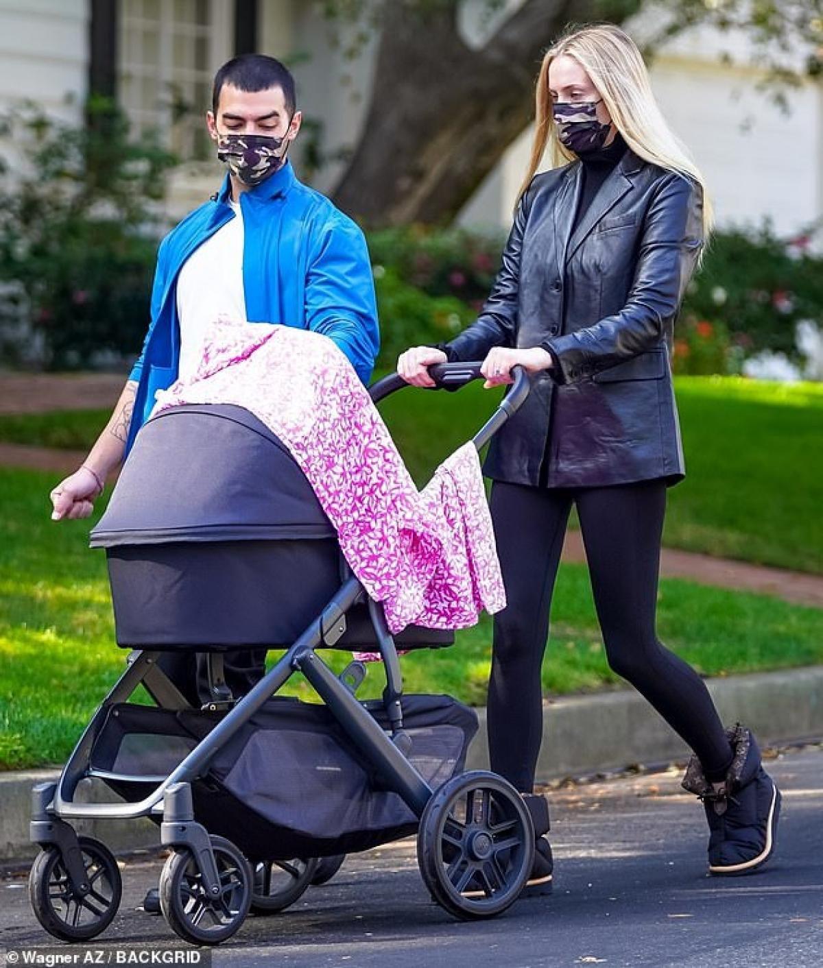 Sophie Turner diện đồ bó sát khoe dáng thanh mảnh ra phố sau 4 tháng sinh con Ảnh 7