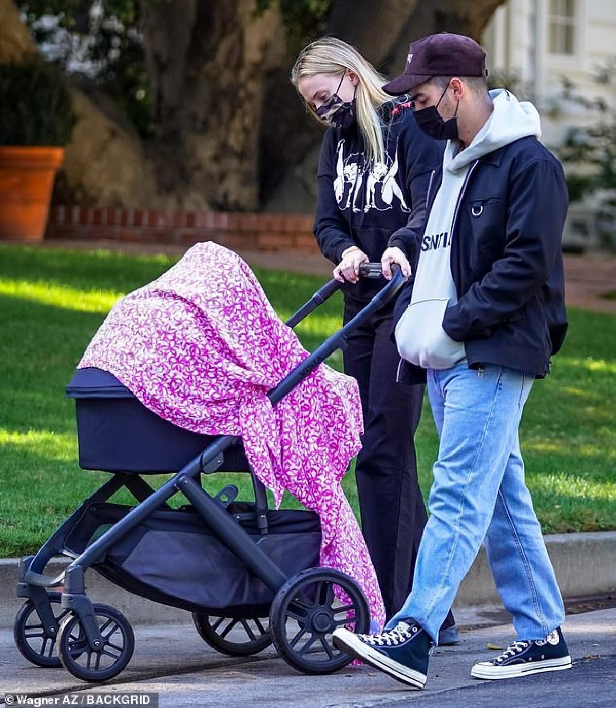 Sophie Turner diện đồ bó sát khoe dáng thanh mảnh ra phố sau 4 tháng sinh con Ảnh 5