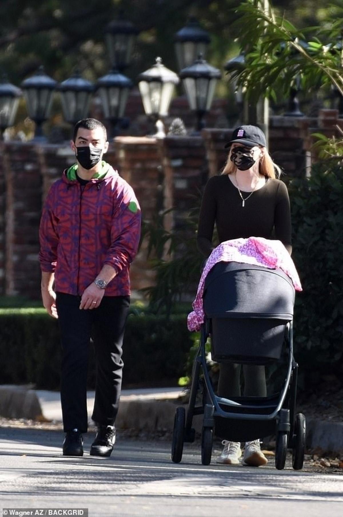 Sophie Turner diện đồ bó sát khoe dáng thanh mảnh ra phố sau 4 tháng sinh con Ảnh 2