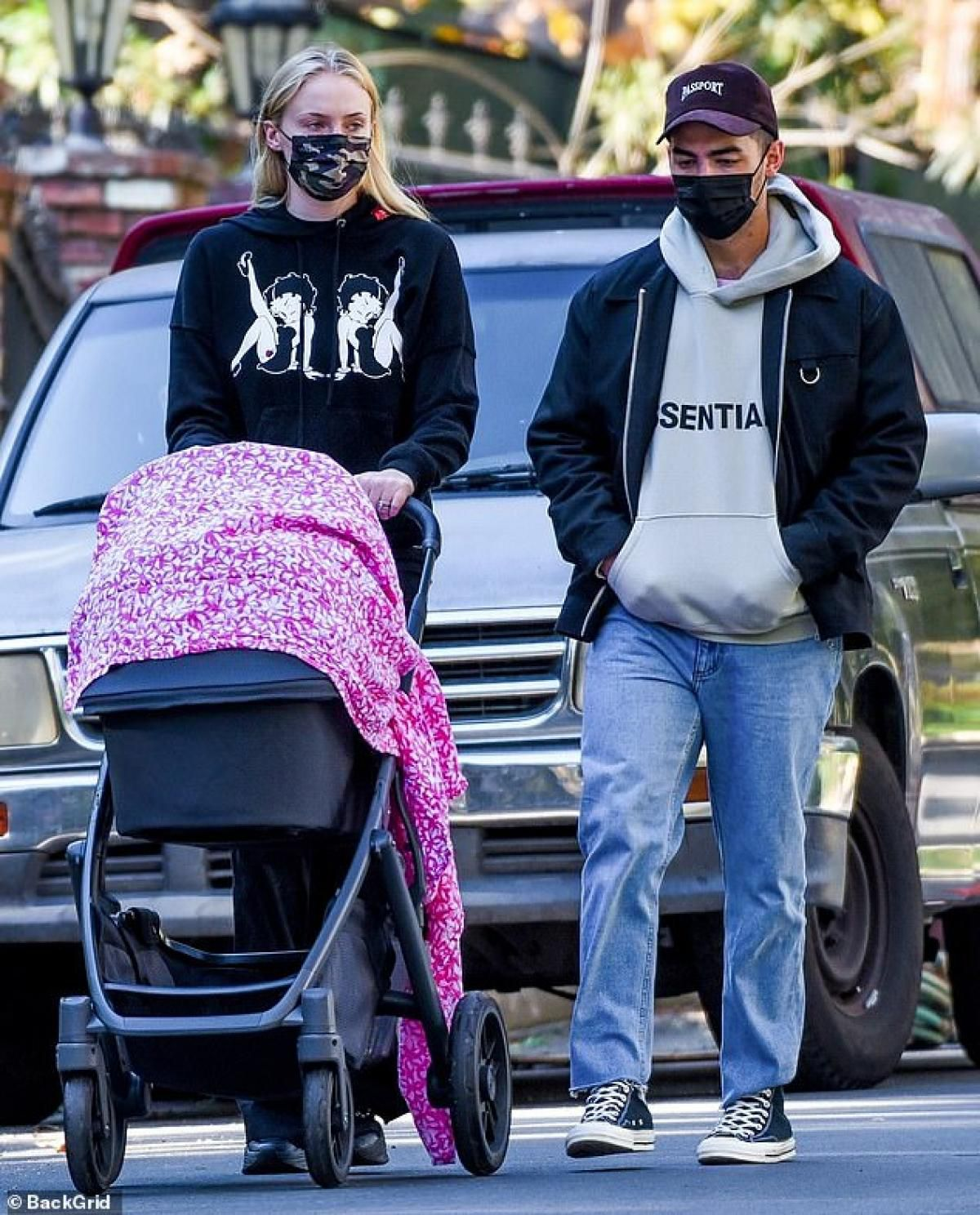 Sophie Turner diện đồ bó sát khoe dáng thanh mảnh ra phố sau 4 tháng sinh con Ảnh 3