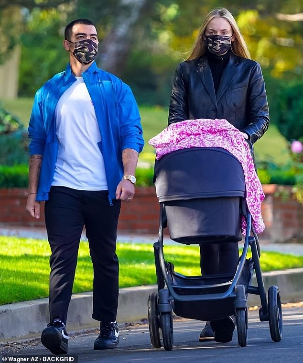 Sophie Turner diện đồ bó sát khoe dáng thanh mảnh ra phố sau 4 tháng sinh con Ảnh 6