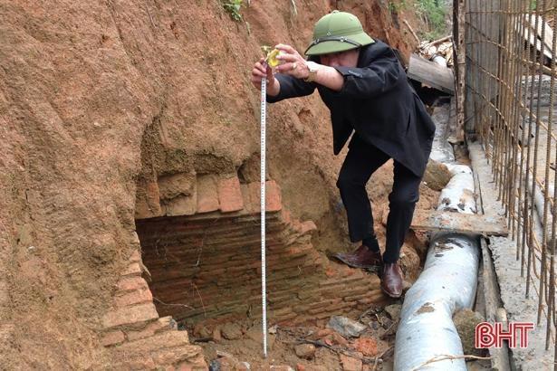 Thi công kênh tiêu nước, phát hiện ngôi mộ cổ khoảng 2.000 năm tuổi Ảnh 1