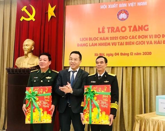 Trao tặng 3.000 cuốn lịch cho bộ đội biên giới, hải đảo Ảnh 1