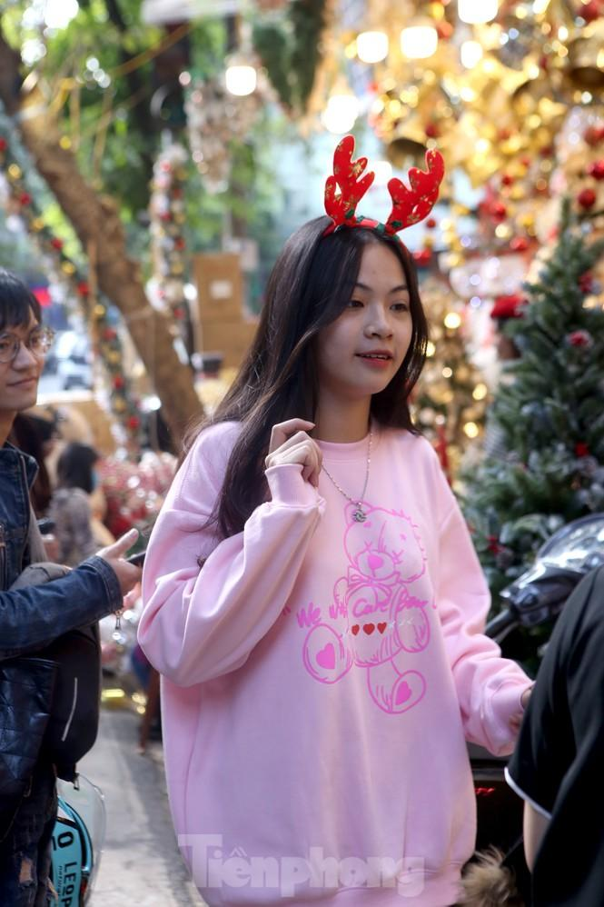Giới trẻ lên phố Hàng Mã chụp ảnh Giáng sinh Ảnh 9