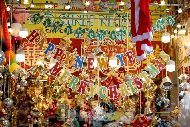 Giới trẻ lên phố Hàng Mã chụp ảnh Giáng sinh Ảnh 1