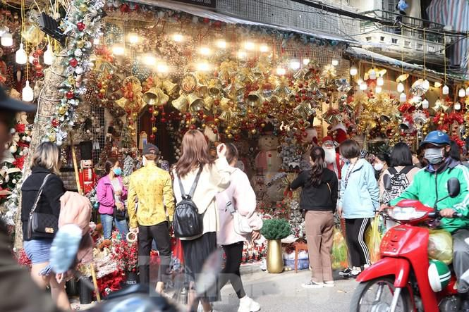 Giới trẻ lên phố Hàng Mã chụp ảnh Giáng sinh Ảnh 13