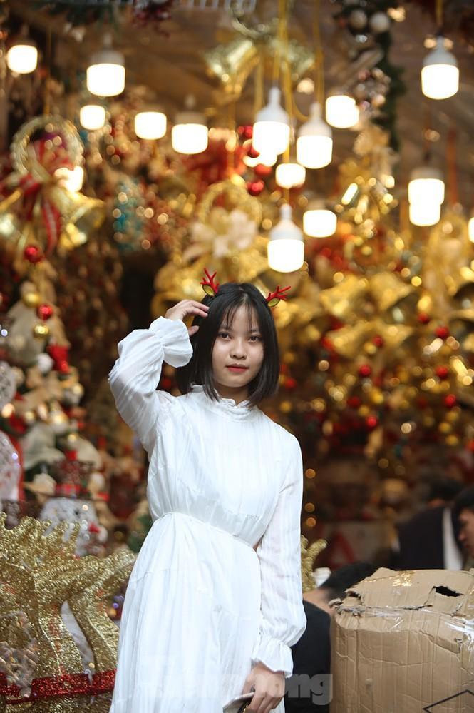 Giới trẻ lên phố Hàng Mã chụp ảnh Giáng sinh Ảnh 4