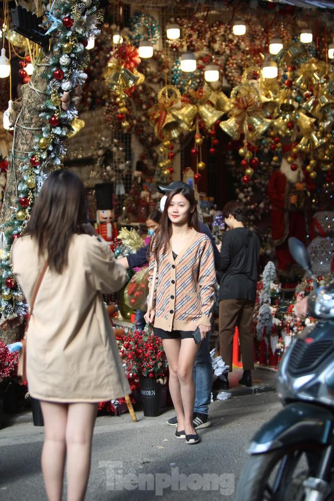 Giới trẻ lên phố Hàng Mã chụp ảnh Giáng sinh Ảnh 2