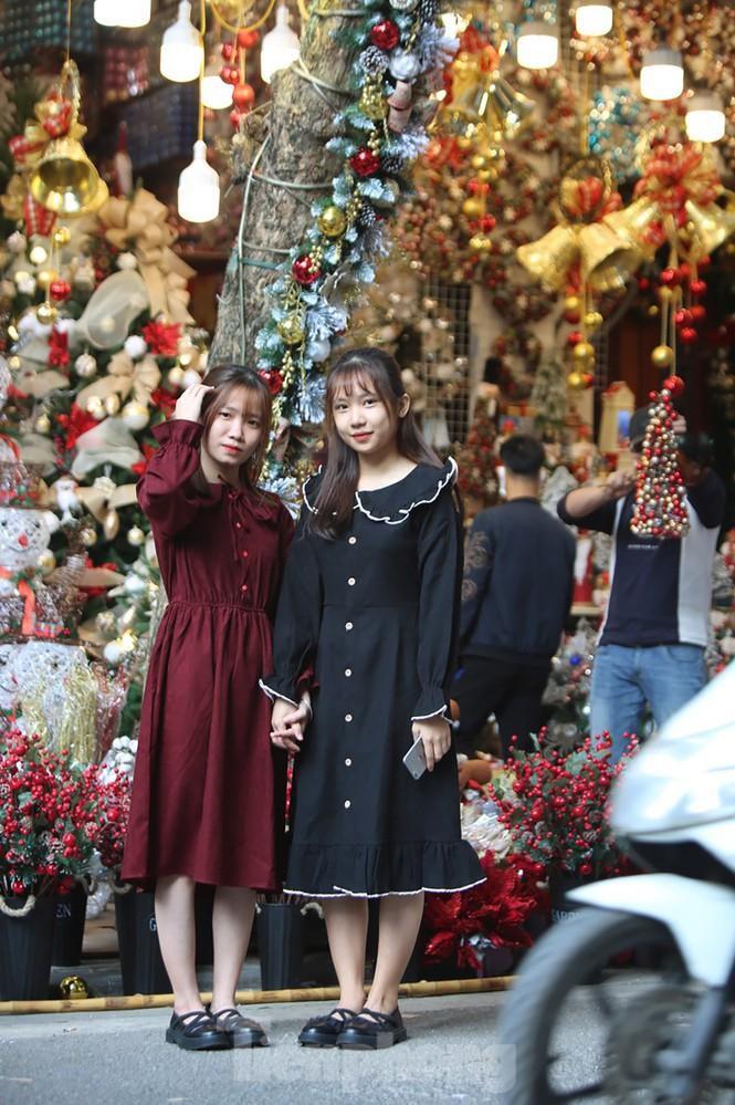 Giới trẻ lên phố Hàng Mã chụp ảnh Giáng sinh Ảnh 6