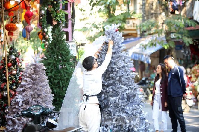 Giới trẻ lên phố Hàng Mã chụp ảnh Giáng sinh Ảnh 5