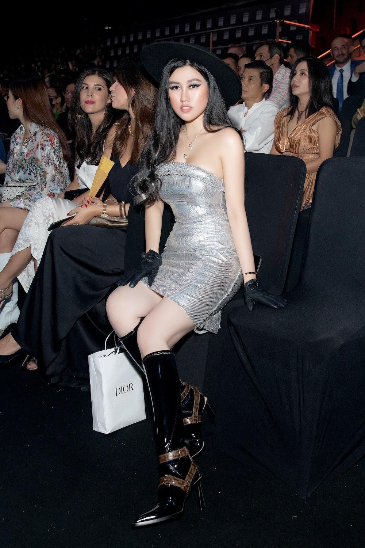 Emily Hồng Nhung diện váy ôm chặt, phô diễn đường cong lượn sóng đầy quyến rũ Ảnh 4