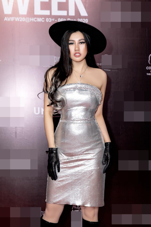 Emily Hồng Nhung diện váy ôm chặt, phô diễn đường cong lượn sóng đầy quyến rũ Ảnh 5
