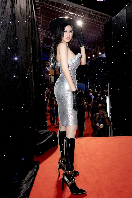 Emily Hồng Nhung diện váy ôm chặt, phô diễn đường cong lượn sóng đầy quyến rũ Ảnh 2