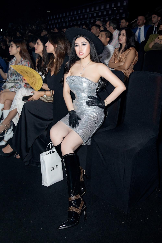 Emily Hồng Nhung diện váy ôm chặt, phô diễn đường cong lượn sóng đầy quyến rũ Ảnh 3