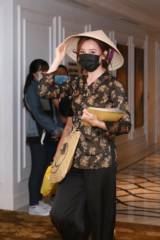 'Sao' Việt trong ngày: Hariwon hóa gái quê đi 'đánh ghen' ở họp báo Ảnh 1