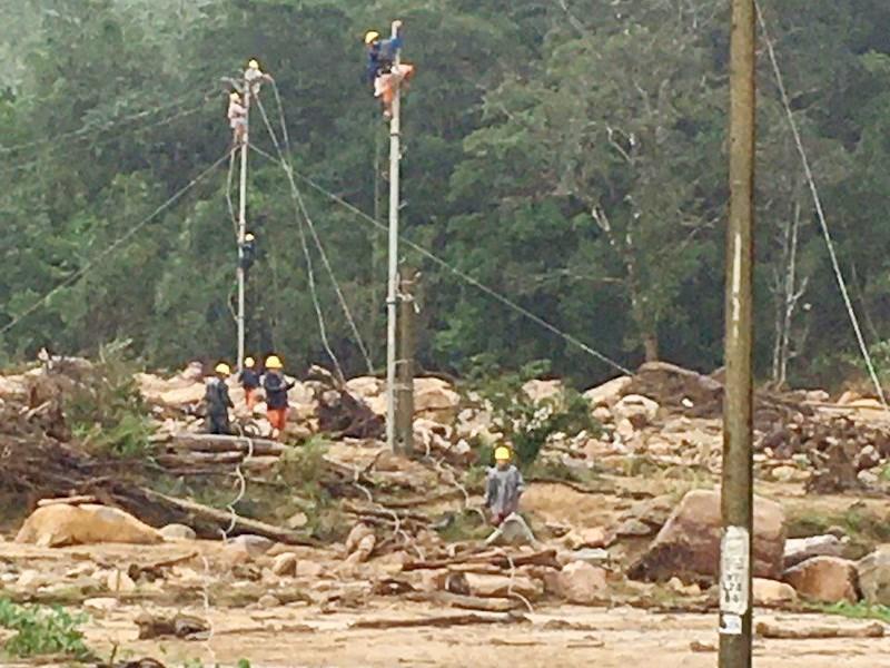 Điện lực Khe Sanh phục hồi đường điện cho bà con thôn Cát, thôn Trĩa Ảnh 14