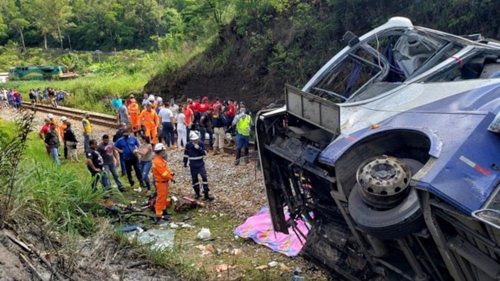 Xe khách lao khỏi cầu vượt, 17 người chết, hàng chục người khác bị thương Ảnh 1