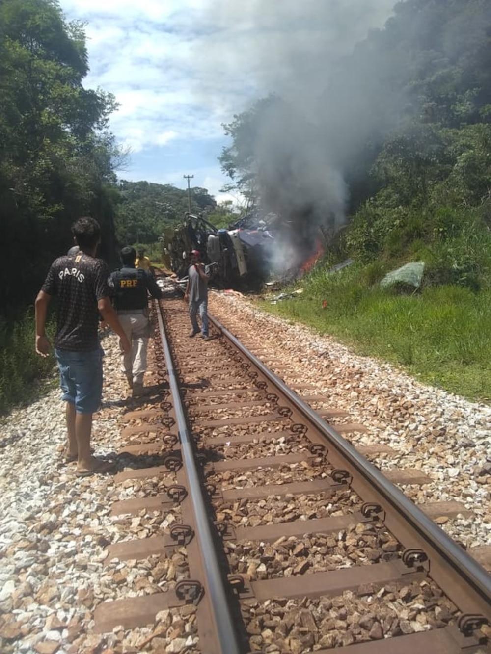 Xe khách lao khỏi cầu vượt, 17 người chết, hàng chục người khác bị thương Ảnh 2