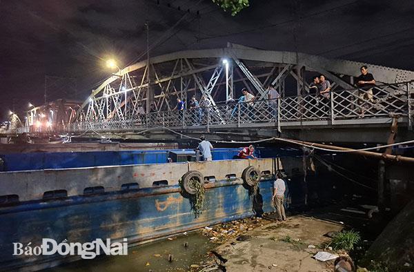 Sà lan mắc kẹt vào cầu Rạch Cát Ảnh 1