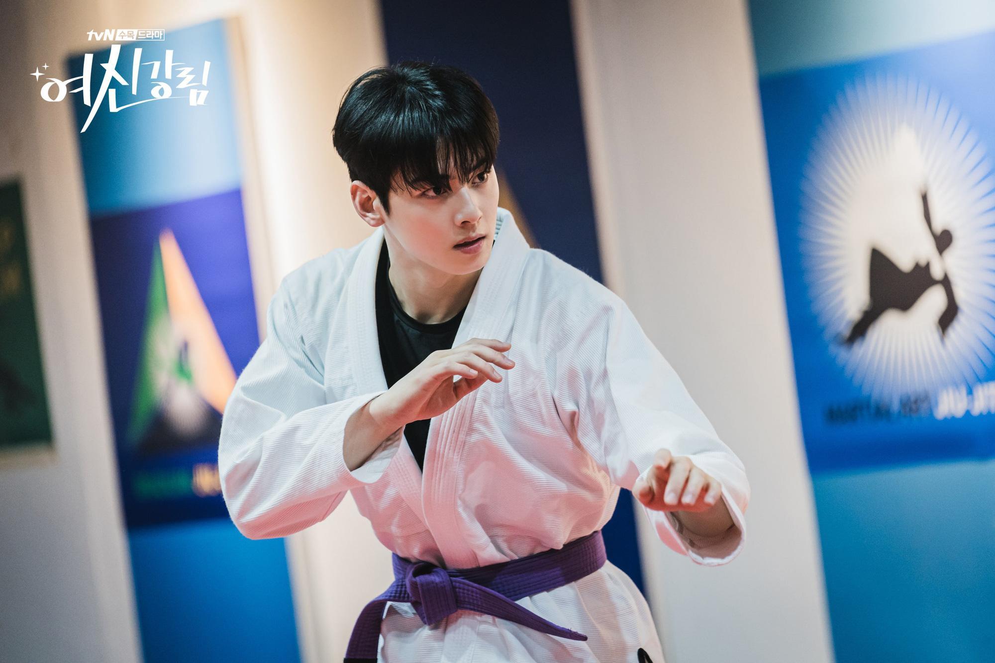 True Beauty tung ảnh Cha Eun Woo đánh võ Nhật chất thôi rồi, ánh mắt cũng bớt đơ nhiều đấy! Ảnh 1