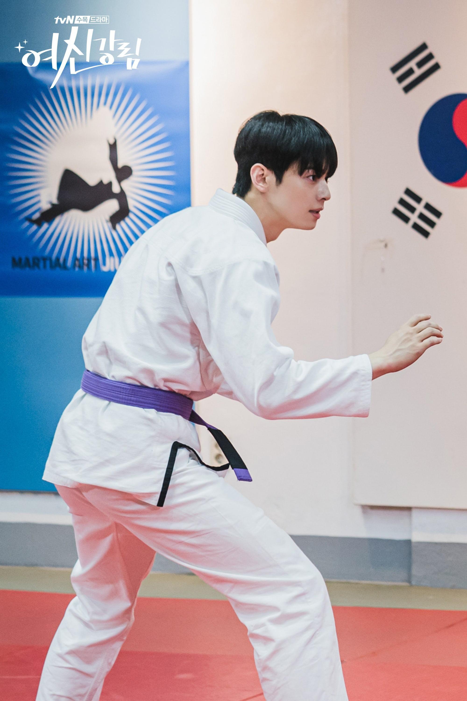 True Beauty tung ảnh Cha Eun Woo đánh võ Nhật chất thôi rồi, ánh mắt cũng bớt đơ nhiều đấy! Ảnh 2