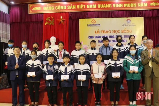 Quỹ Khuyến học, khuyến tài Nguyễn Du trao gần 1 tỷ đồng cho giáo viên, học sinh Hà Tĩnh Ảnh 3