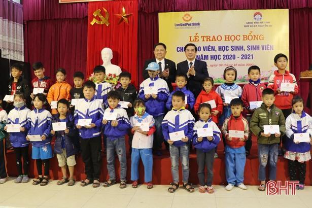 Quỹ Khuyến học, khuyến tài Nguyễn Du trao gần 1 tỷ đồng cho giáo viên, học sinh Hà Tĩnh Ảnh 2