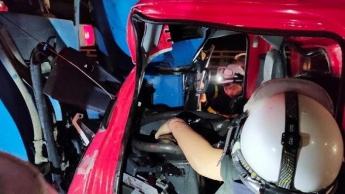 Cưa cabin cứu tài xế xe tải mắc kẹt sau cú đâm đuôi xe trộn bê tông Ảnh 1