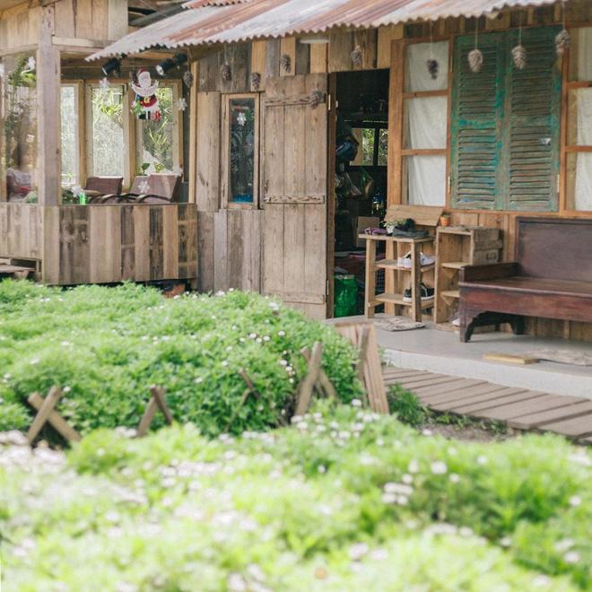 Choáng váng trước cảnh du khách chen kín lối tại tiệm cà phê hot nhất Đà Lạt, muốn đến đây phải nhớ… coi ngày! Ảnh 5